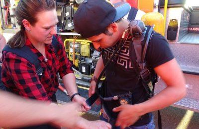 Wie funktioniert so ein Atemschutzgerät - eine Feuerwehrfrau zeigt einem der Gäste unsere Technik