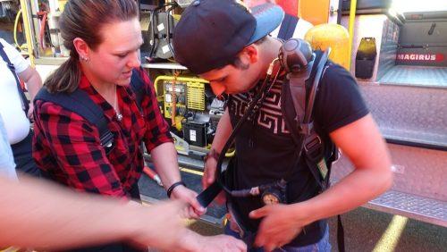Wie funktioniert so ein Atemschutzgerät – eine Feuerwehrfrau zeigt einem der Gäste unsere Technik
