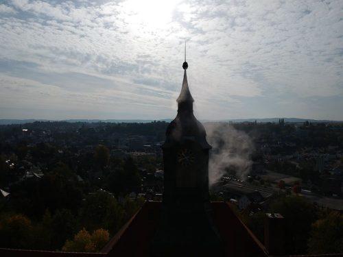 Rauch dringt aus dem Gebäude